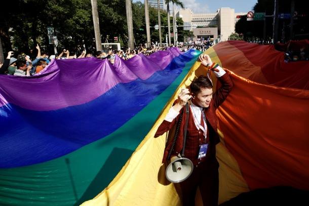 """台北去年10月举办的""""同志游行""""估计有约13万人参加。"""
