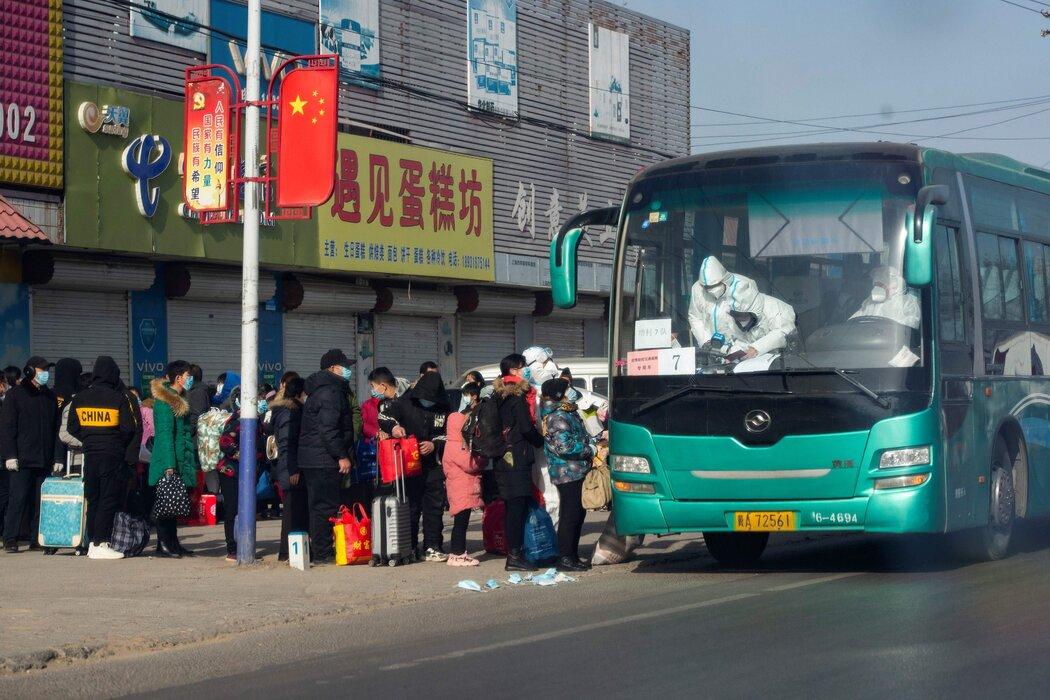 来自中国官媒的照片显示,近期,在疫情卷土重来的石家庄,当地居民排队接受集中隔离。