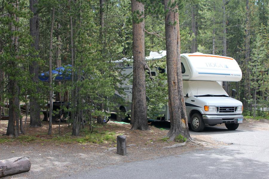 黄石公园峡谷露营地的一辆C级房车(黄石公园网站)