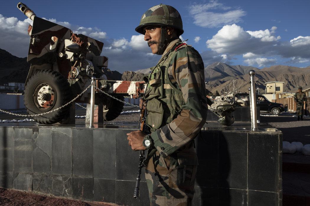 去年8月,印度拉达克的一名印度军官在巡逻。