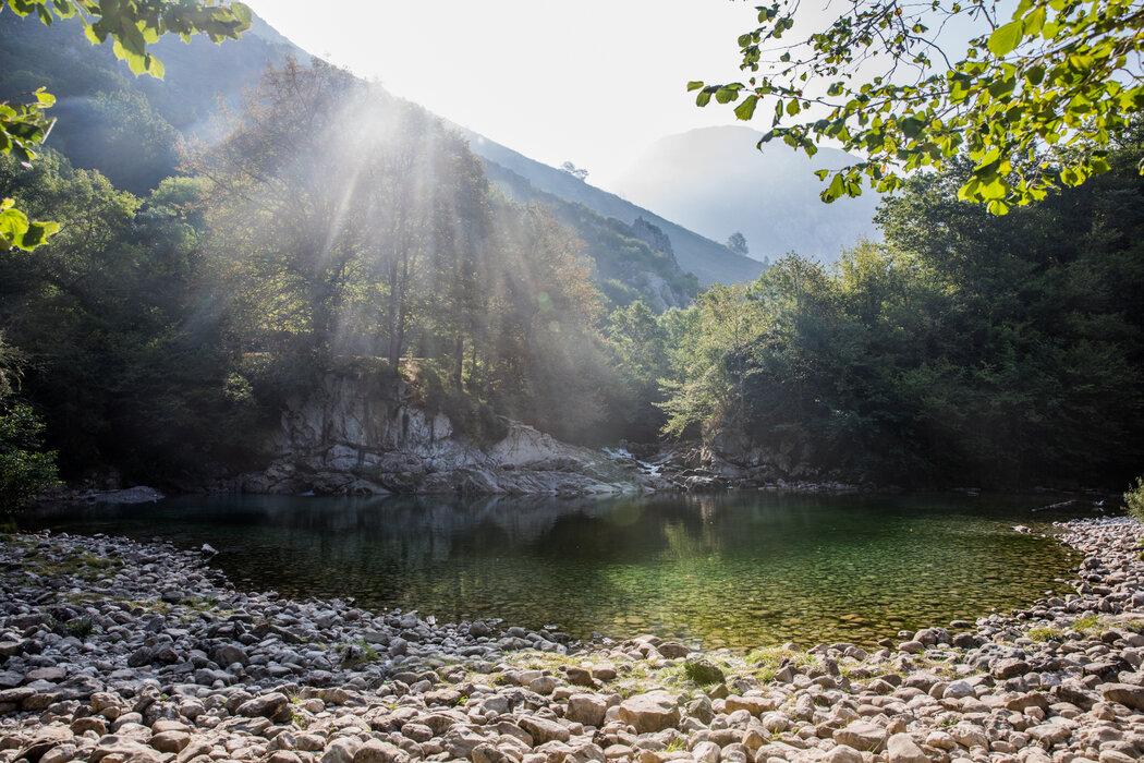 清晨的圣文森特池,这是多布拉河上的一处天然泳池。