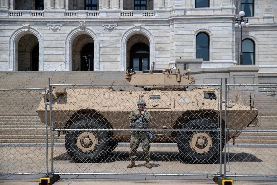 在明尼苏达州议会大厦前的军用车辆。那里已部署了国民警卫队和其他联邦执法人员。