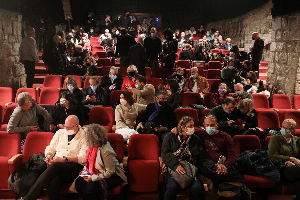上个月,耶路撒冷一家剧场的表演开始之前。以色列的文化中心已向持有疫苗接种证书的人重新开放。