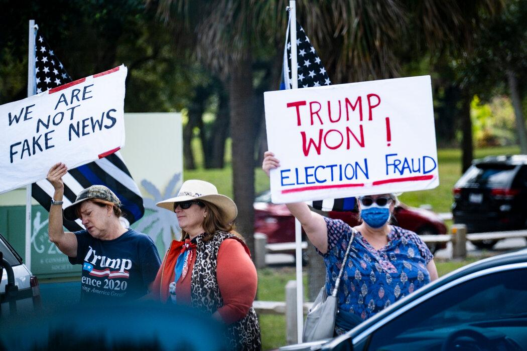 在棕榈滩的一条街道,支持者最后一次夹道欢迎特朗普的车队。