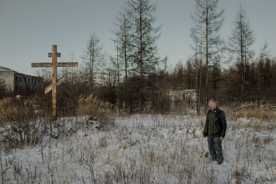 63岁的店主米哈伊尔·施比斯迪(Mikhail Shibisty)在一个囚犯墓地运营一个关于苏联强制劳改营的展览。他为纪念那些死者树起了一个俄罗斯东正教十字架。