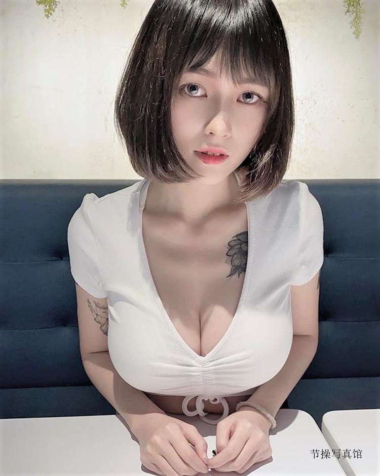 性感尤物@林语霏一个侧面就让人把持不住