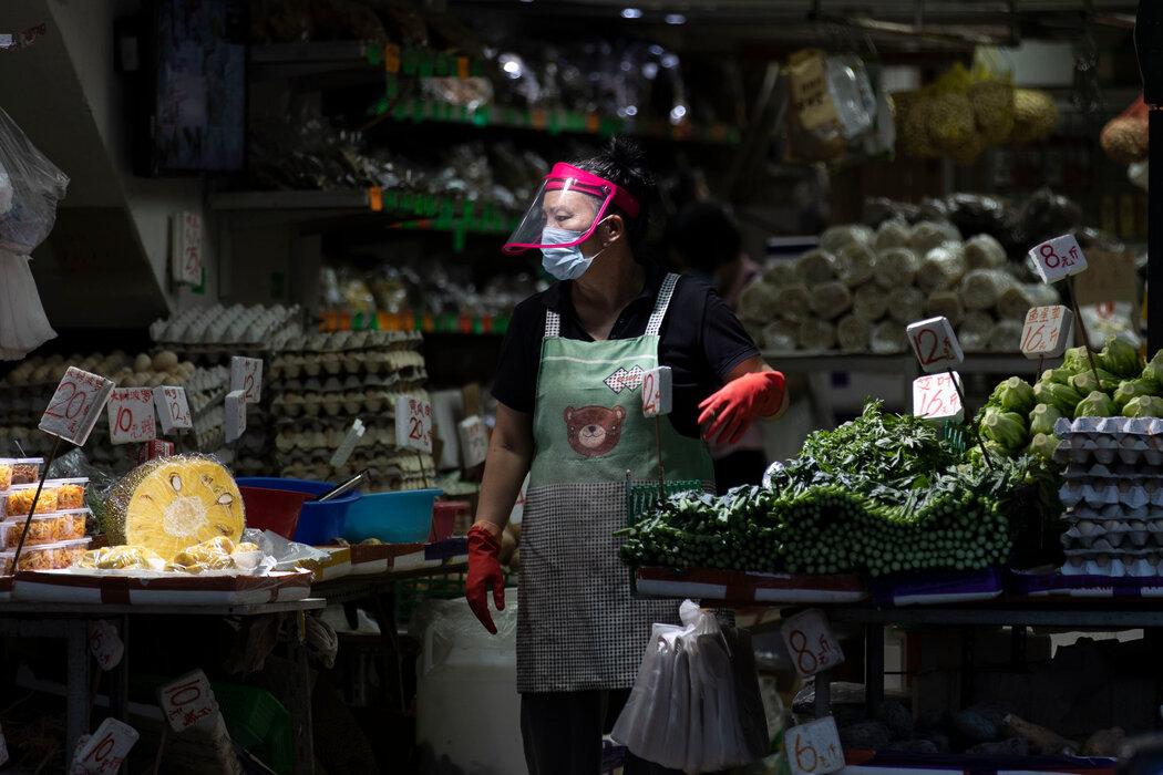 8月,香港市场上的一位商贩。尽管传染病让他们无比关注卫生问题,但一直以来,市政当局都为了保护当地饮食文化调整了卫生规定。