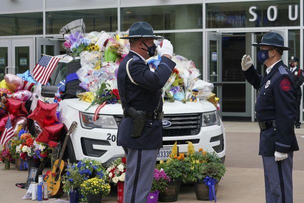内布拉斯加警察向因公殉职的警员路易斯·埃雷拉的灵车行礼(照片:美联社)