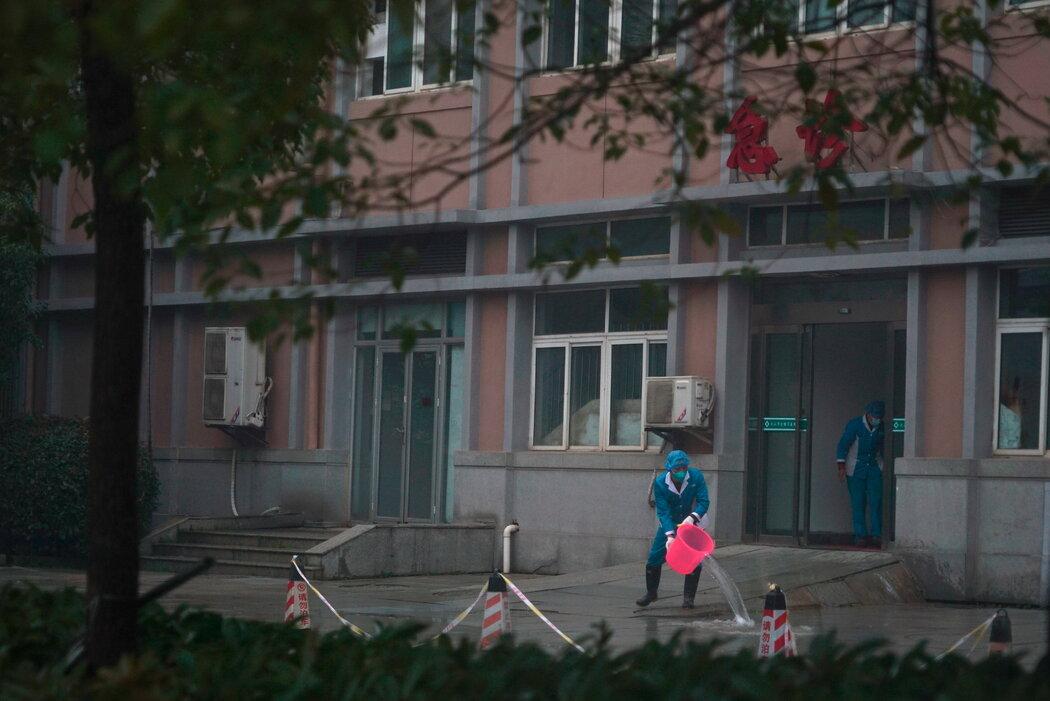同一日,武汉一家医院的工作人员在清洗医院的阶梯。