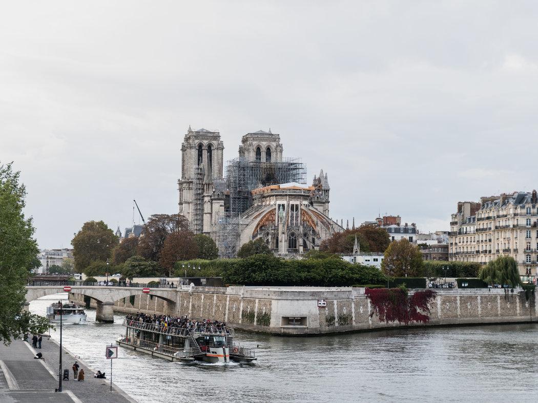 从托内尔桥上你可以看到圣母院和最近火灾造成的破坏。