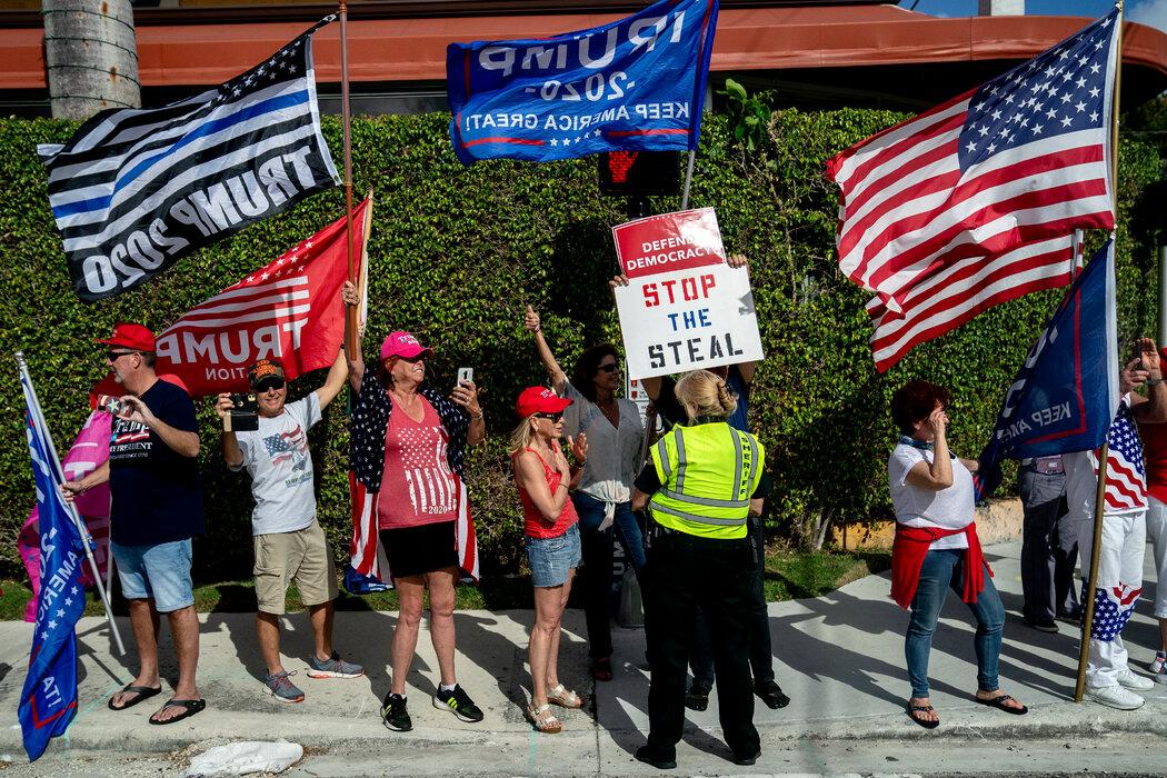 上周,总统车队经过佛罗里达州的西棕榈滩时,街道两旁的特朗普支持者。