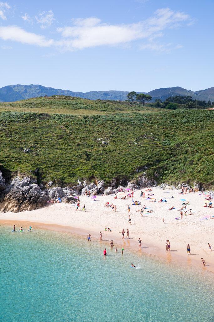 位于海滨小城利亚内斯的圣安东尼奥海滩,这里的海水十分清澈。