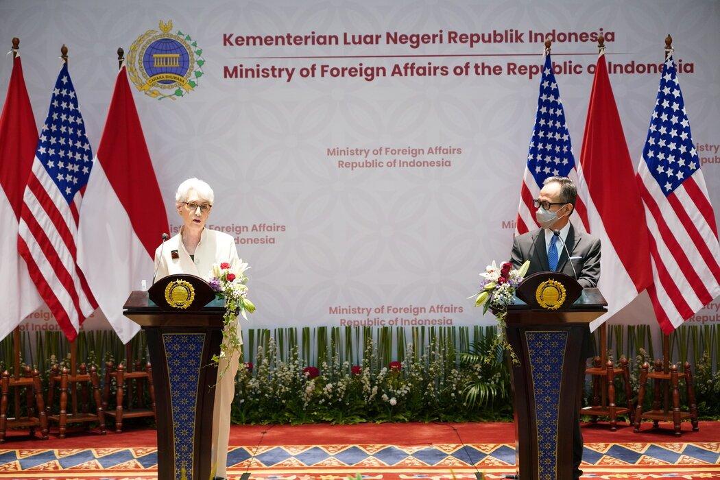 美国副国务卿温迪·R·谢尔曼上周在雅加达与印尼副外长马亨德拉·西里加见了面。