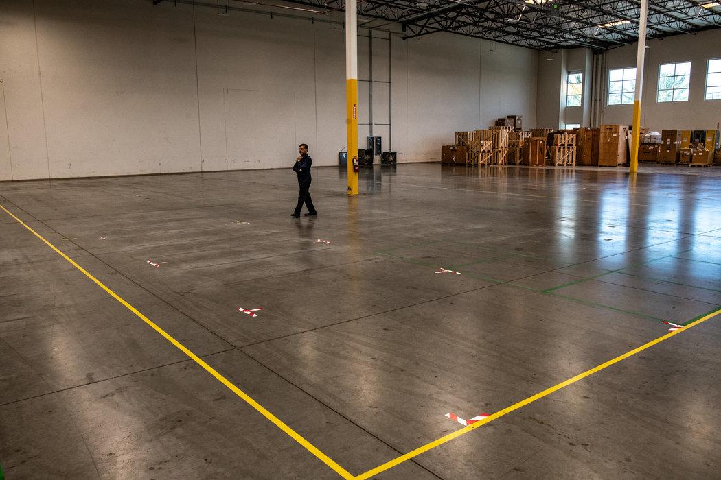 上个月,加利福尼亚州阿纳海姆市的QYK Brands工厂为进口的口罩生产设备预留出的空间。