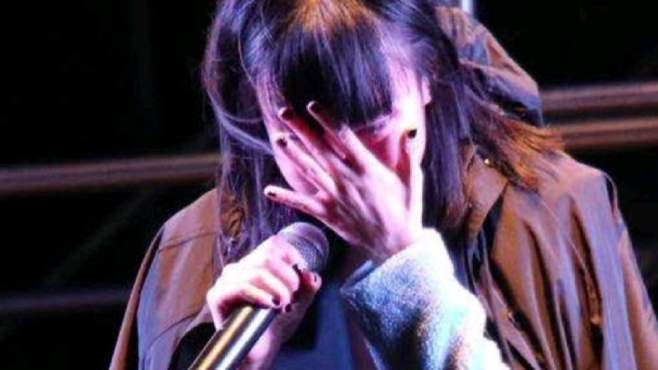 太敬业!黄龄舞台演出时踩空不慎跌落,大腿淤青还哭腔给观众道歉,姐姐好勇敢