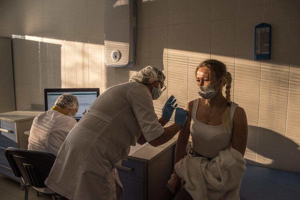 去年12月初,医护人员在莫斯科一家诊所为一名医生接种俄罗斯的Sputnik V新冠疫苗。业界领先的医学杂志《柳叶刀》发表的试验结果显示,Sputnik V疫苗的有效率为91.6%。