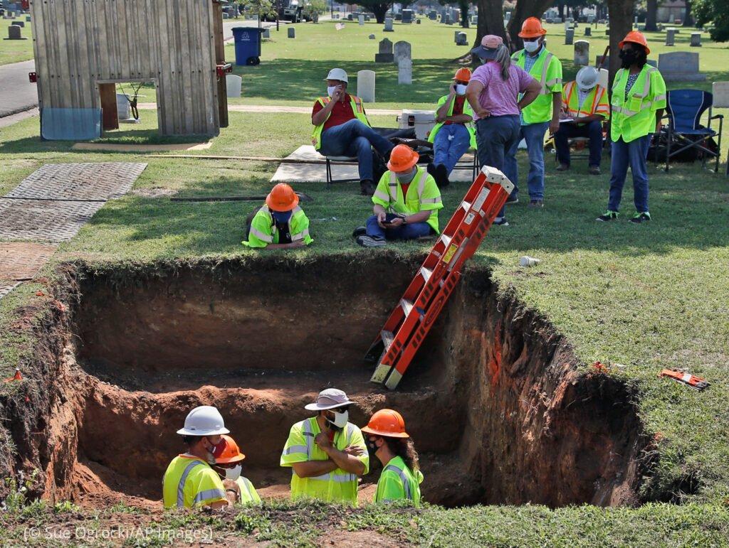 工人们在俄克拉荷马州塔尔萨的奥克劳恩公墓(Oaklawn Cemetery)挖掘出一个群葬冢(© Sue Ogrocki/AP Images)