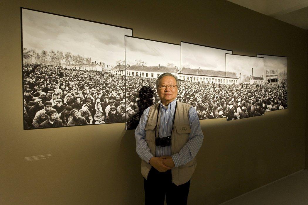 李振盛于2012年在伦敦巴比肯画廊。他的作品至今仍是关于文化大革命如何在远离首都北京的地方颠覆日常生活的最完整和细致的视觉纪录之一