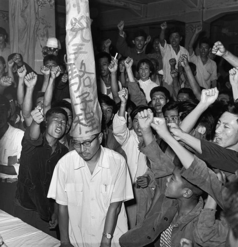 """在1966年的一张照片中,李振盛任职的《黑龙江日报》的工作人员指责当地工作小组负责人骆子程""""执行资产阶级路线,压制群众运动""""。"""