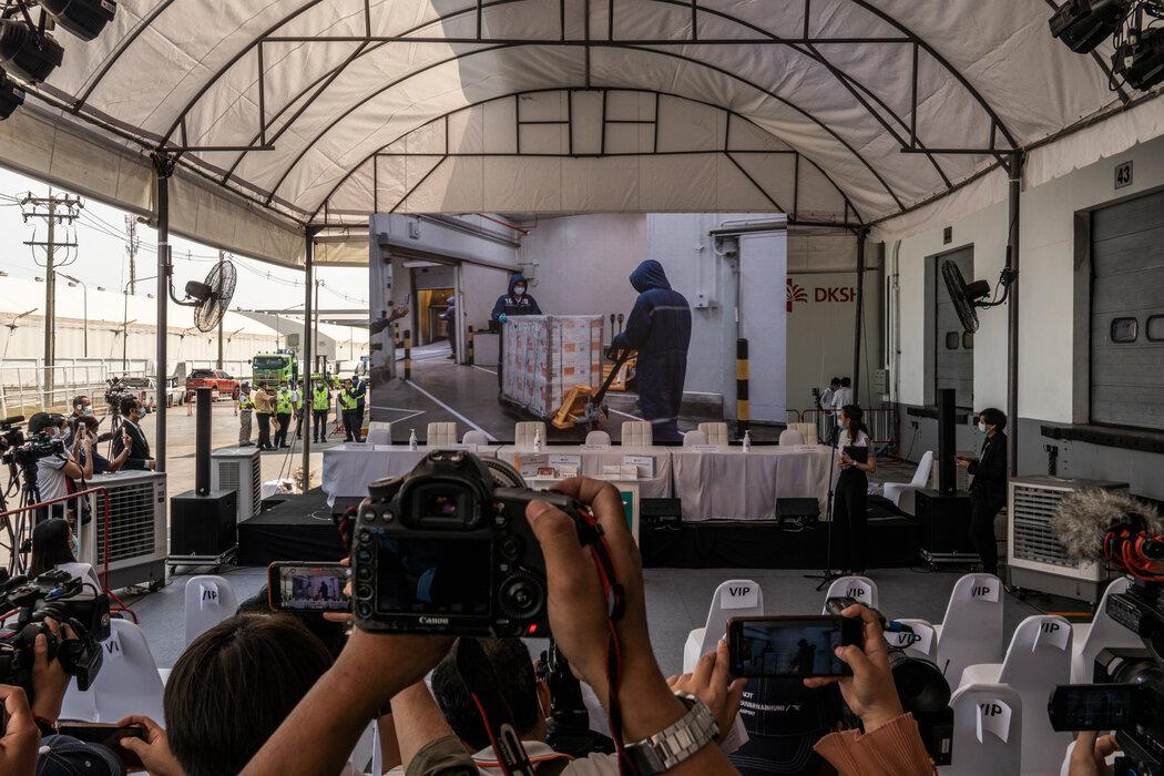 新闻媒体工作者拍摄泰国首批新冠病毒疫苗上个月运到曼谷后的卸货情景。