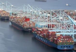 新冠疫情扰乱全球航运:为什么这么多船舶在美国港口排队?