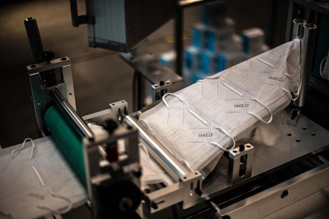QYK Brands对从中国进口的新设备进行测试时,制造的KN95口罩。