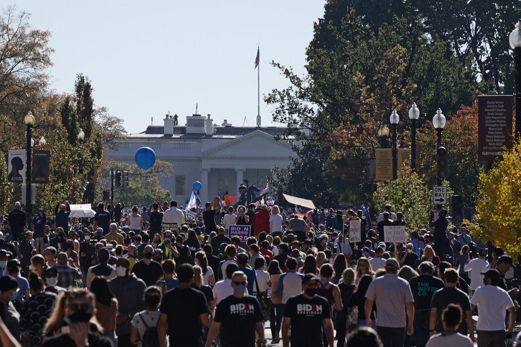 周六,一群人聚集在白宫附近支持拜登。