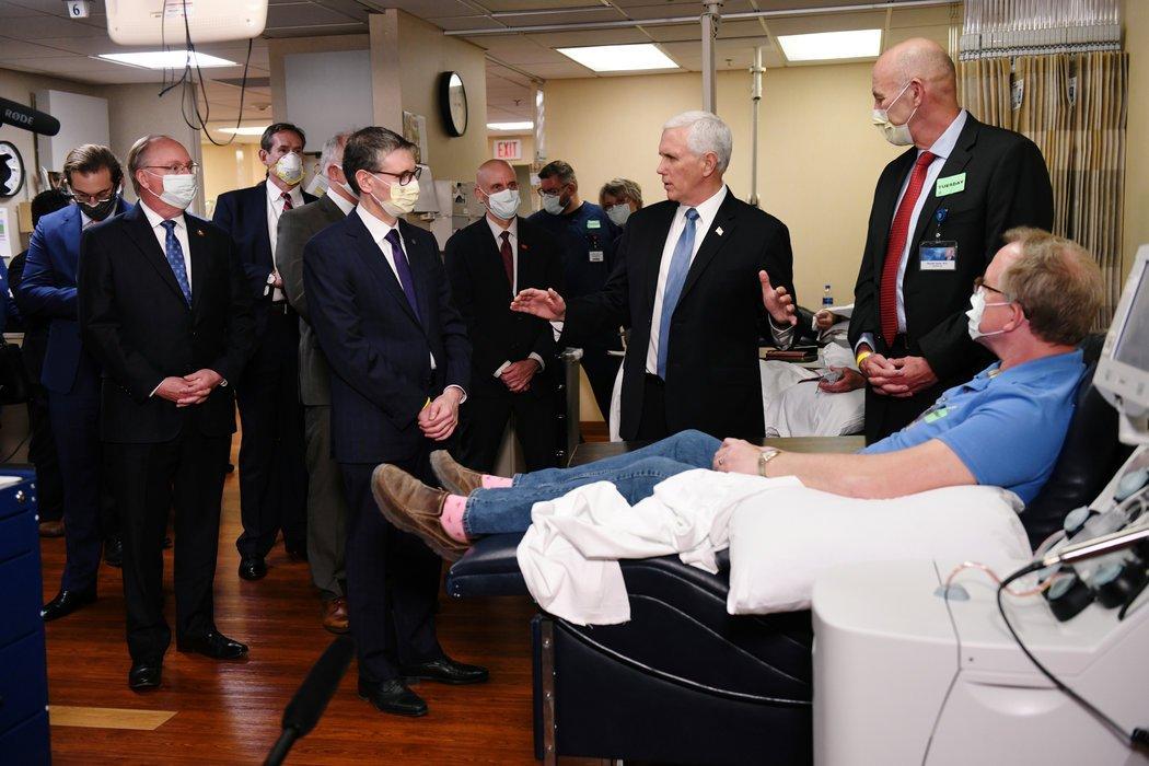 上个月,没戴口罩的副总统迈克·彭斯参观了明尼苏达州罗切斯特市的梅奥诊所,并拜访了已康复的Covid-19患者丹尼斯·尼尔森,他现在正在为研究献血。