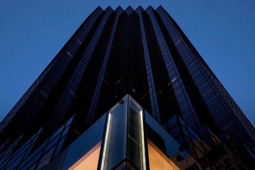 直到去年,曼哈顿的特朗普大厦还与中国最大的国有银行签订利润丰厚的租赁协议。