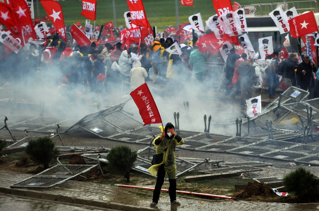 2013年,土耳其一家法院外的抗议者,法院当时在审理对275人试图推翻政府的指控。土耳其领导人后来承认这是个假案。