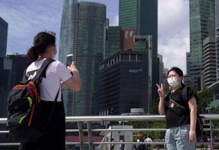 """放弃""""零确诊"""",迎来""""新常态""""——新加坡抗疫政策新走向"""