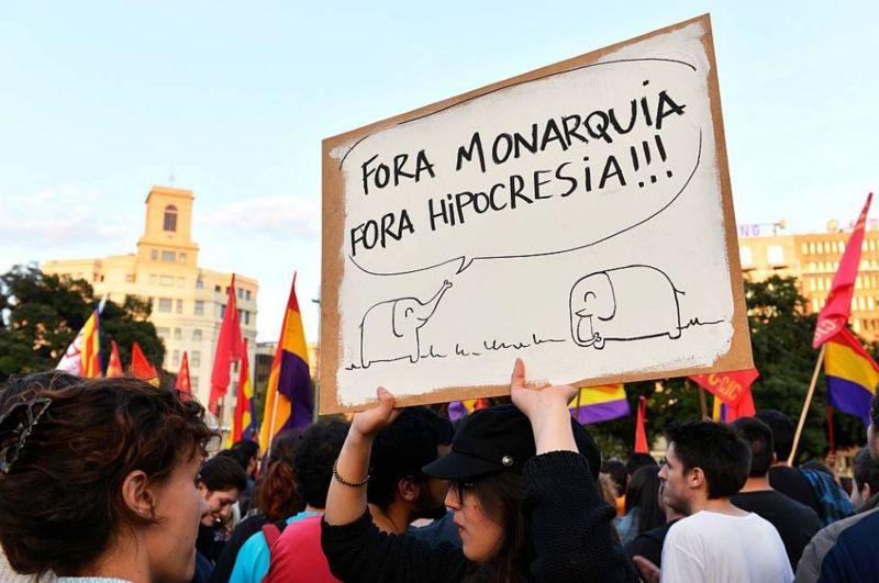 2014年,拥护共和的西班牙民众在前国王卡洛斯宣布退位后上街游行。
