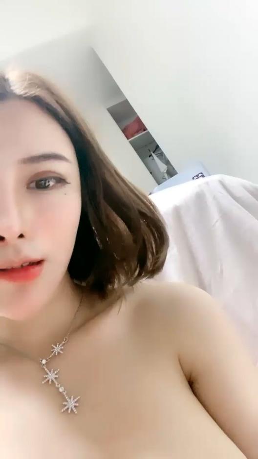 网红脸丰乳翘臀妹子性感吊带丝袜道具紫薇[MP4/2.93G]