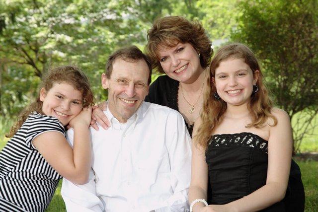 2008年,敏迪·莫迪凯(右上)和她的丈夫约翰(中)、孩子默瑟(最左)和玛拉。丈夫死于食道癌后,莫迪凯创办了一个患者倡导团体。