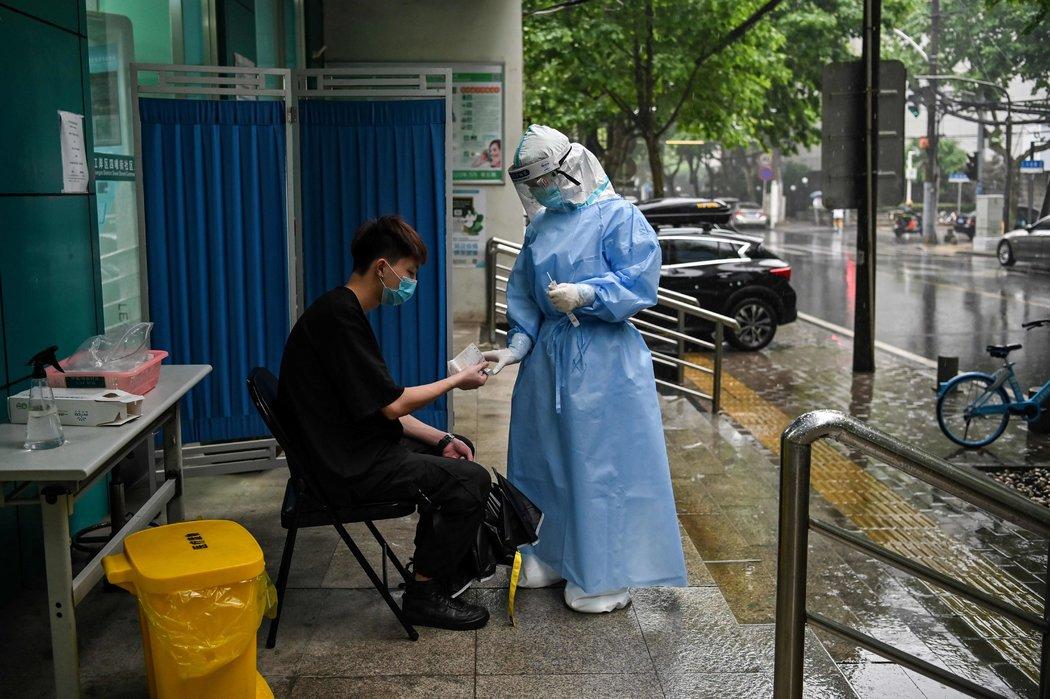 周四,医护人员为筛查做准备。