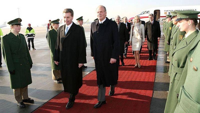 2006年西班牙国王卡洛斯访问德国,赛恩-维特根施泰因走在他身后