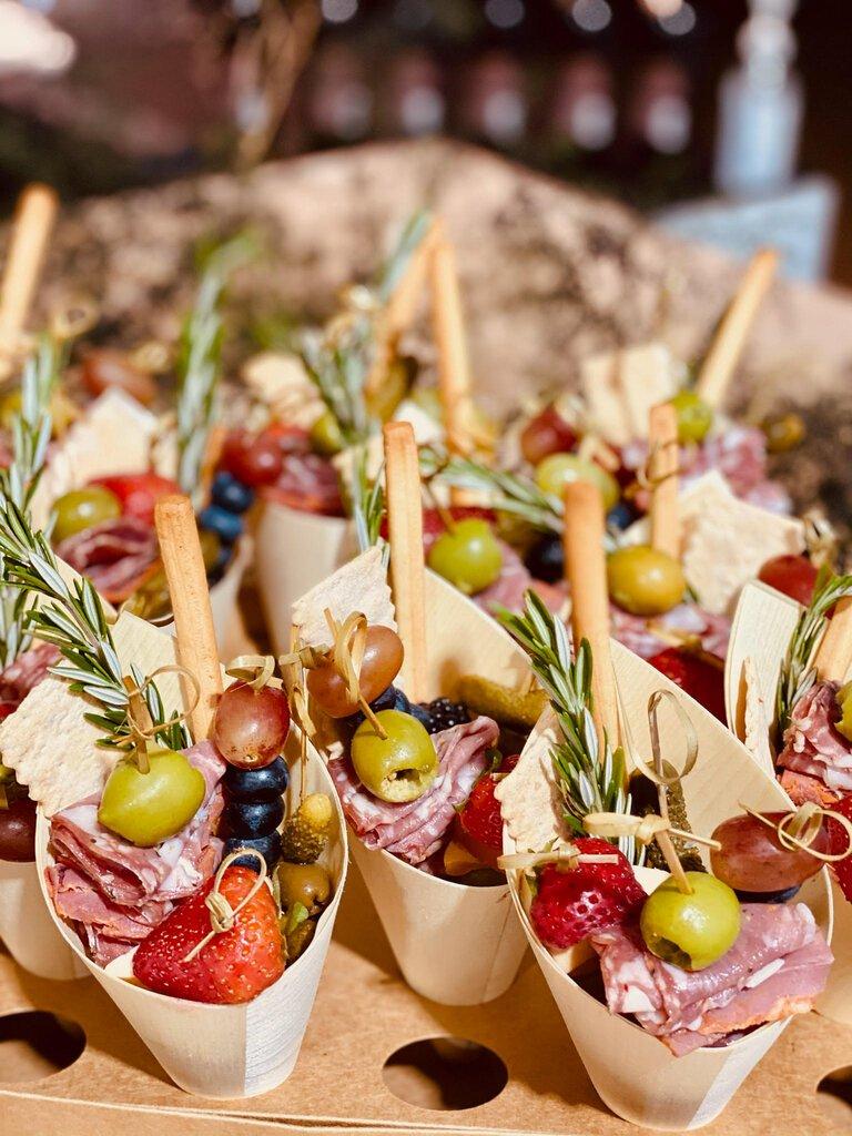"""在一些小型的户外聚会上,单独包装的""""零食包""""替代了自助餐和开胃菜。"""