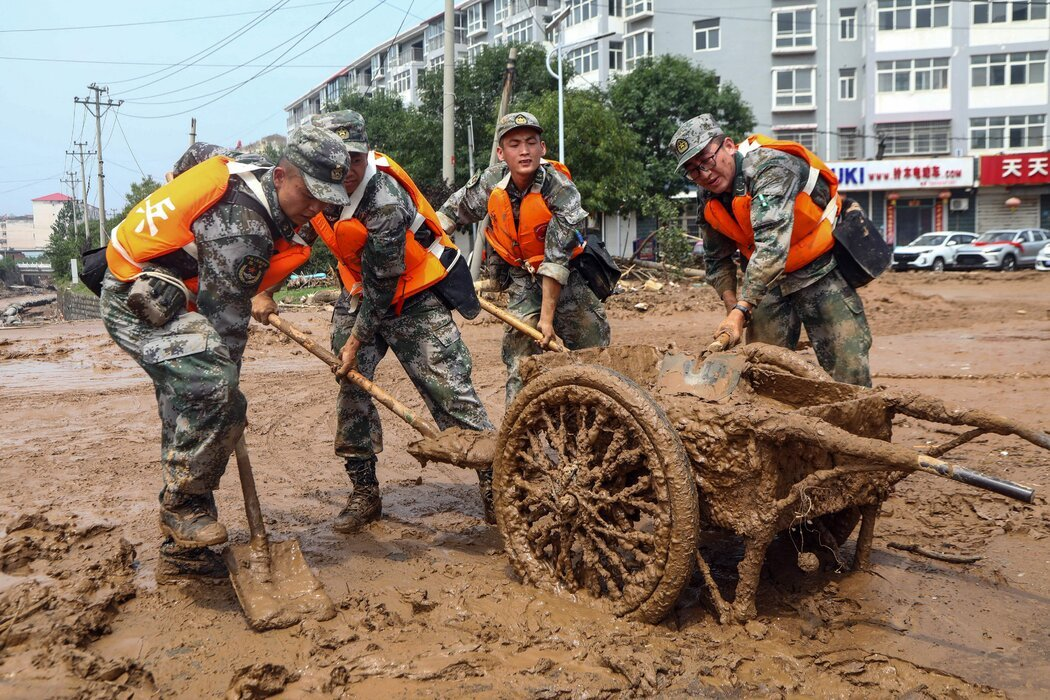 周六,郑州,士兵们帮助清理街道。