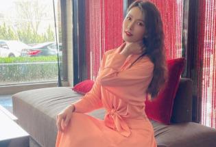 徐洁儿红裙卷发光彩照人