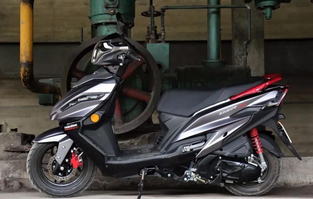 燃油经济又好看!试驾万元踏板USR125,做工出色,动力强劲