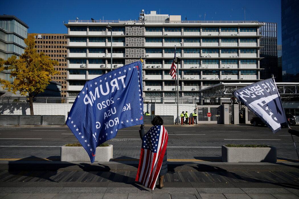 一位特朗普支持者站在美国驻首尔大使馆前面。