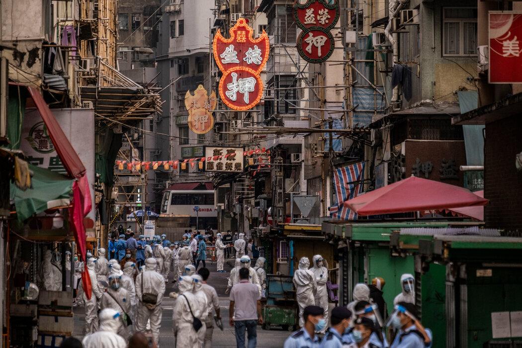 香港当局周六派人前往佐敦社区。从今年1月1日至上周末,香港已确诊了约1100例新冠病毒感染病例,其中160多例在这个社区。