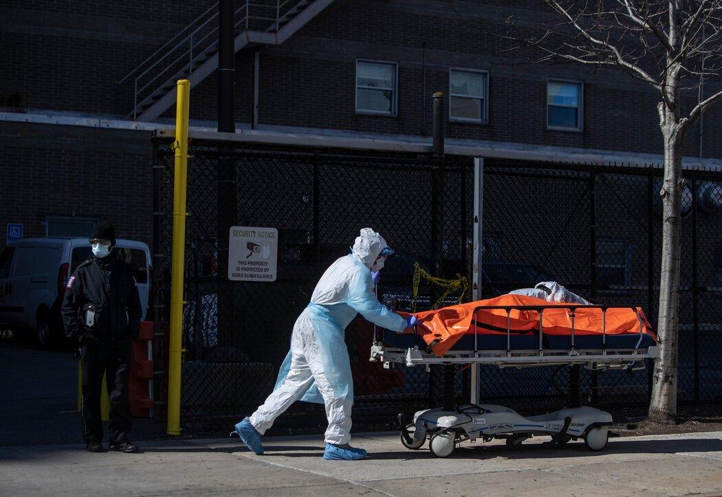 2020年4月,医院工作人员将死于新冠病毒的患者尸体转移到布鲁克林威科夫高地医疗中心的冷藏卡车上。