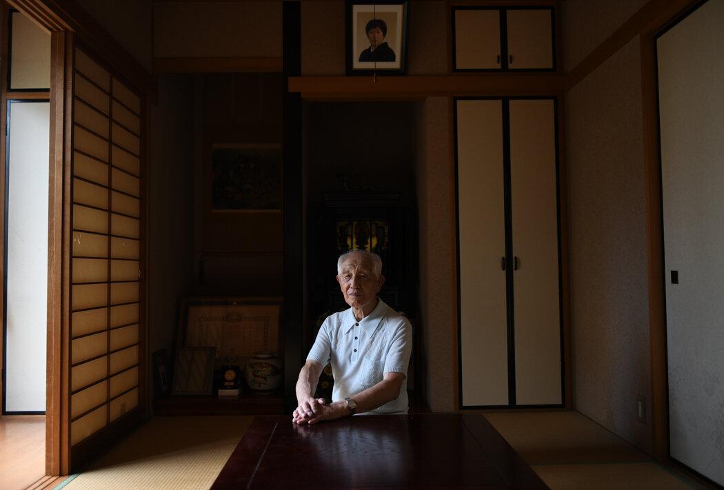 大馆和夫在自己的东京家中。他把在日本海军当飞行员的经历写成了《神风特攻队回忆录》一书。