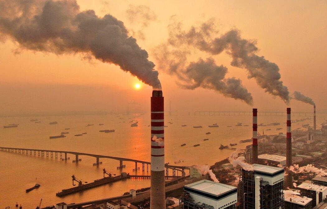 长江上一座煤电厂。