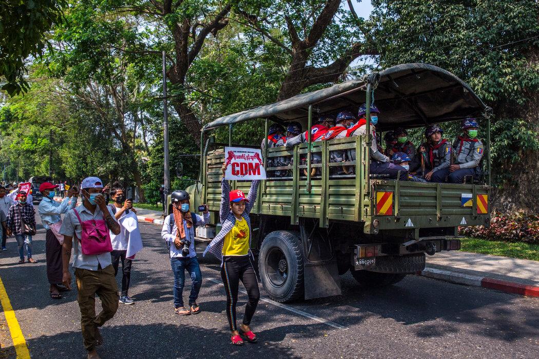 仰光一辆军用卡车旁边的抗议者。