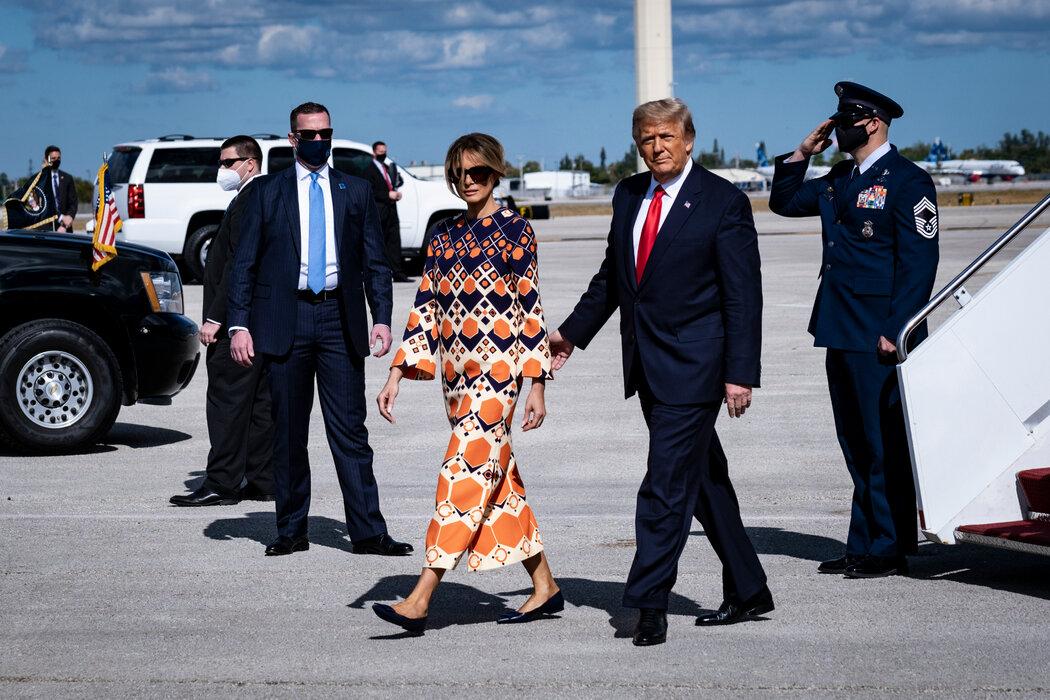 周三,前总统特朗普与妻子梅拉尼娅抵达佛罗里达。在棕榈滩,这对夫妇很少离开舒适的马阿拉歌庄园。