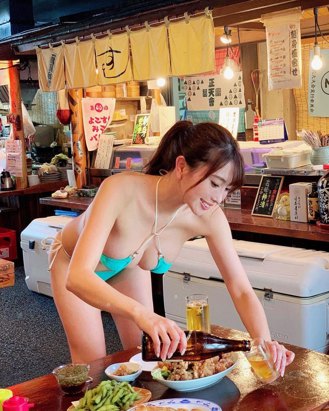大胸妹子森咲智美比基尼写真图片,弯腰爆乳画面太美了