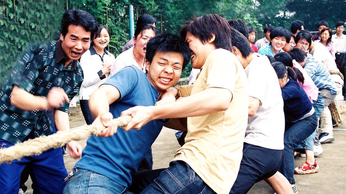 广州商学院一班长打工送全班女生鞋,网友酸了:又是别人家的