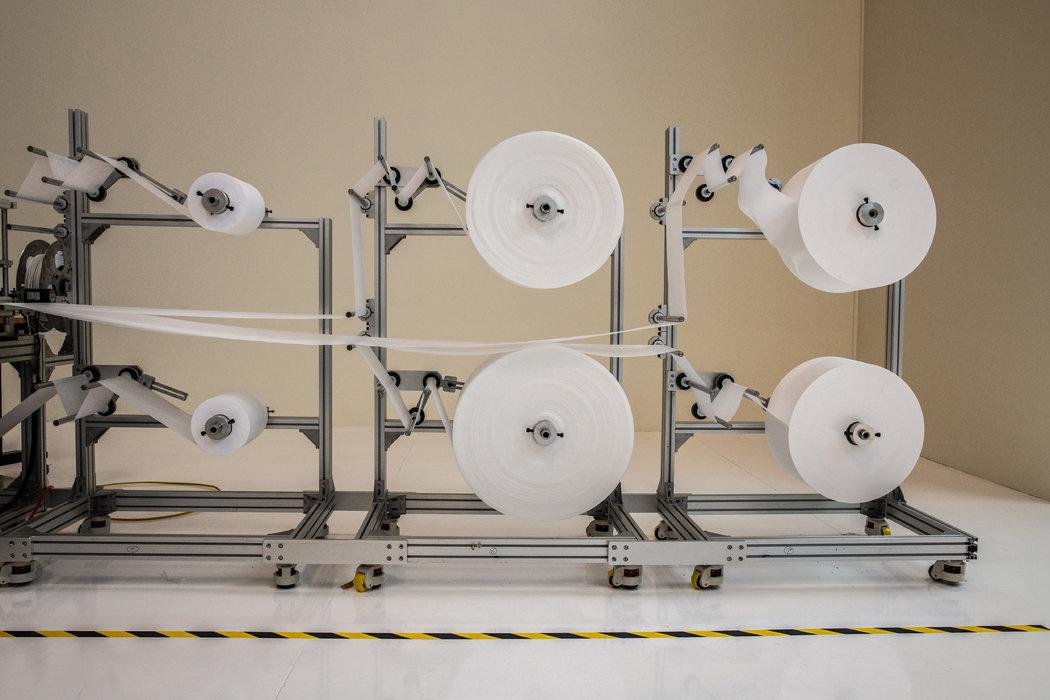 QYK Brands把这台压缩和切割面料的机器从中国运到加州,这种机器仅在中国制造。